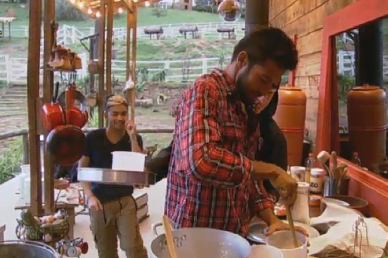 26.jul.2013 - Beto, Mateus e Yudi preparam queijo caseiro no celeiro