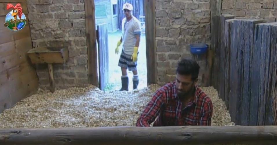 26.jul.2013 - Em conversa no estábulo, Paulo Nunes e Beto comentam que Denise deve ser indicada na próxima roça