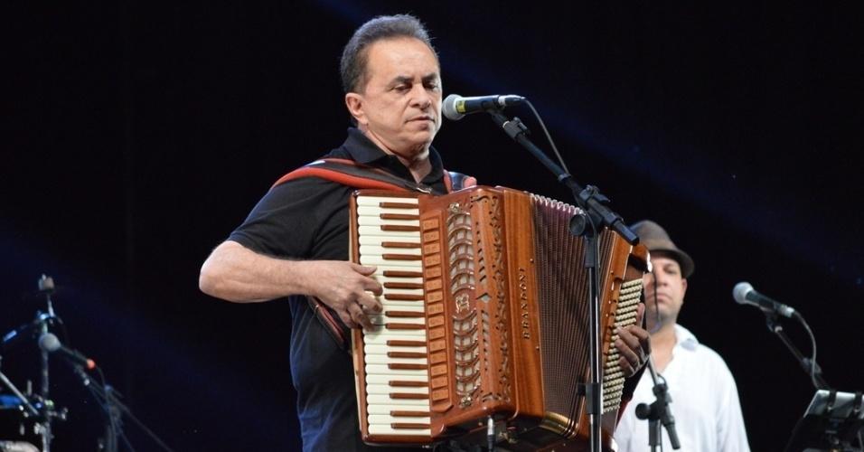 26.jul.2013 - Flávio José prestou homenagens a Dominguinhos em show beneficente, que aconteceu em Recife