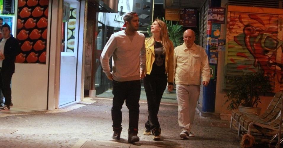 26.jul.2013 - Luana Piovani passeia pelo Leblon, no Rio de Janeiro, junto de Pedro Scooby. Os dois se casarão nesta sexta (26) na capital carioca