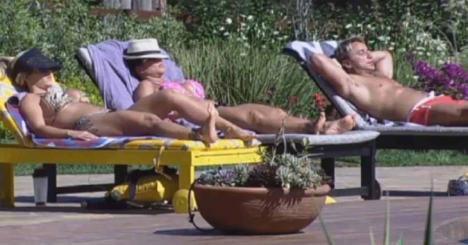 27.jul.2013 - Denise, Scheila e Paulo Nunes aproveitam tarde de sol na piscina