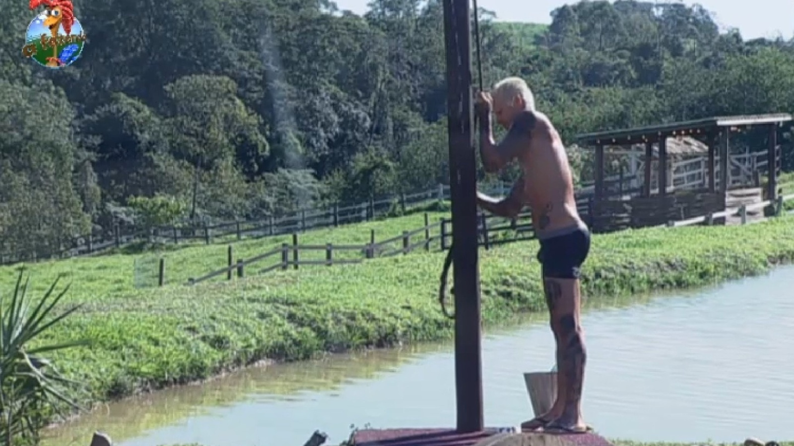 27.jul.2013 - Mateus toma banho na manhã deste sábado no celeiro
