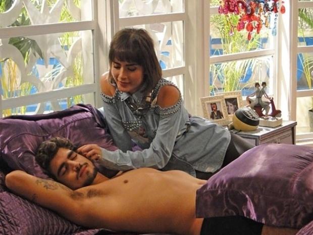 27.jul.2013 - Michel vira entregador e seduz Patrícia com proposta ousada