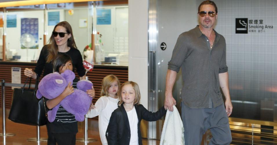 28.jul.2013 - Angelina Jolie e Brad Pitt levaram os filhos para Tóquio