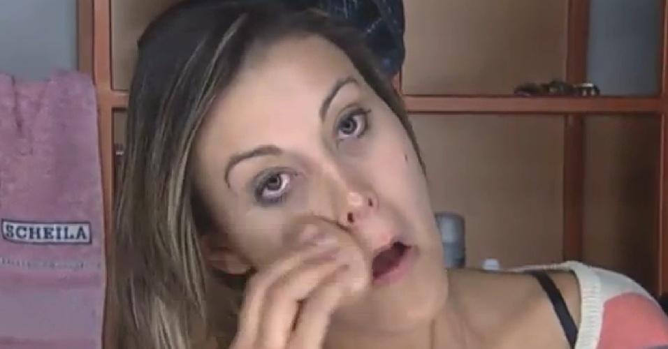 28.jul.2013 - Andressa Urach se arruma para dar início às atividades do dia