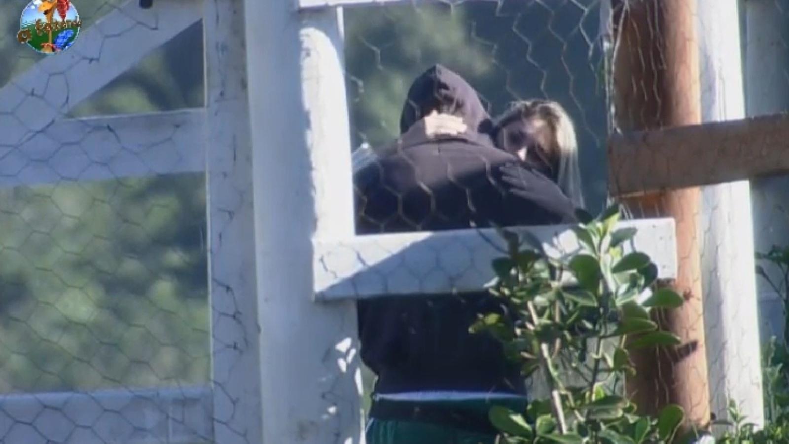 28.jul.2013 - Bárbara e Mateus se abraçam na porteira no intervalo entre as tarefas