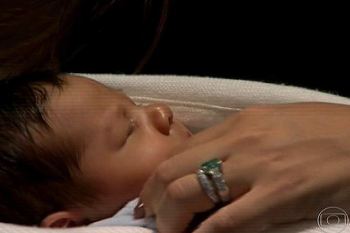 28,jul.2013 - Juliana Paes mostra o filho pela primeira vez