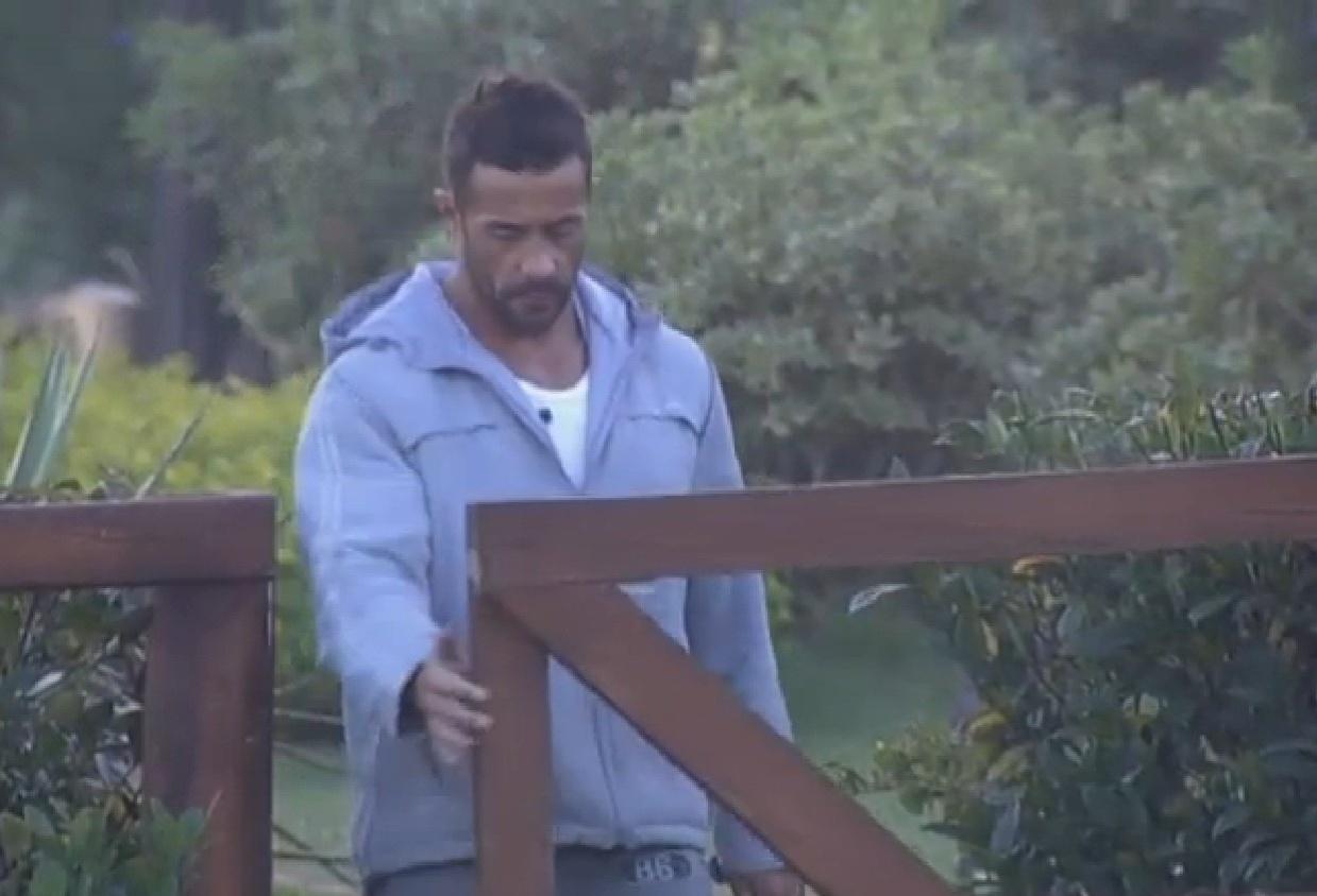 28.jul.2013 - Marcos Oliver entra na área dos animais