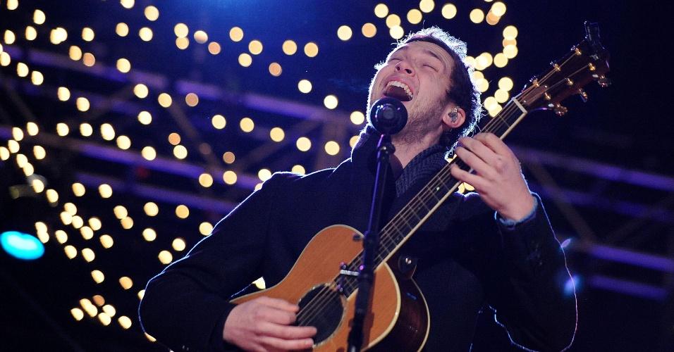 06.dez.2012 - O cantor Phillip Phillips, vencedor da 11º temporada do reality American Idol, faz performance natalina em Washington, DC, nos Estados Unidos.