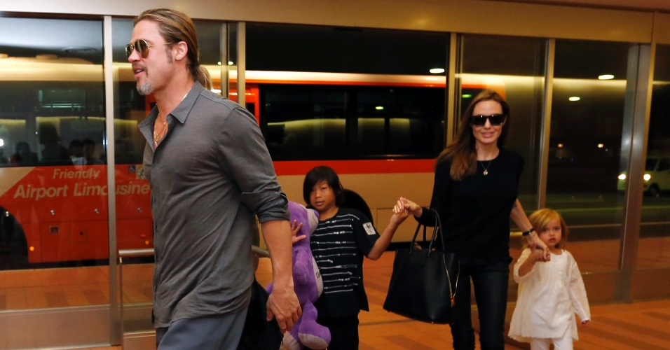 28.jul.2013 - Angelina Jolie e Brad Pitt desembarcaram em Tóquio, no Japão, acompanhados dos filhos Pax e os gêmeos Vivienne e Knox.