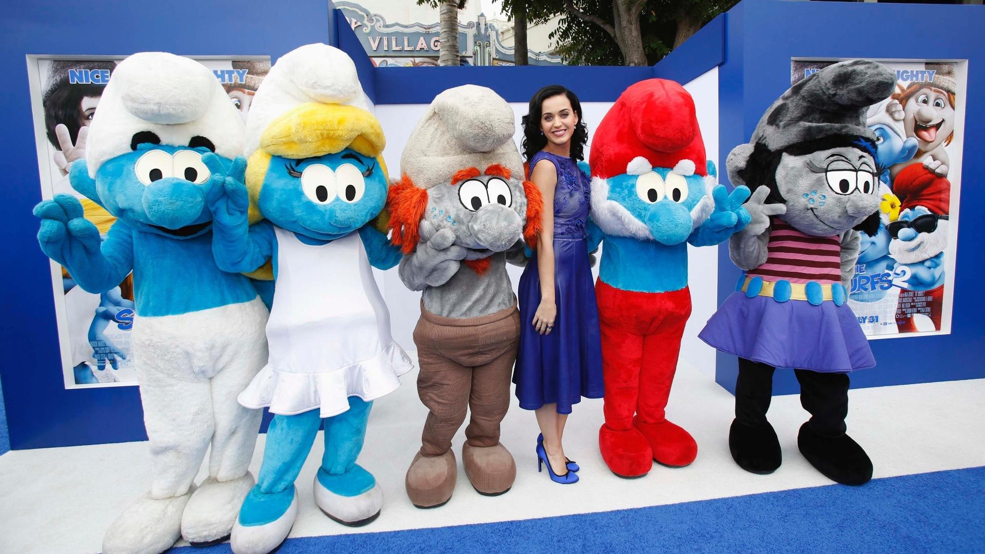 28.jul.2013 - Katy Perry, que dá voz a Smurfette, posa com outros personagens de