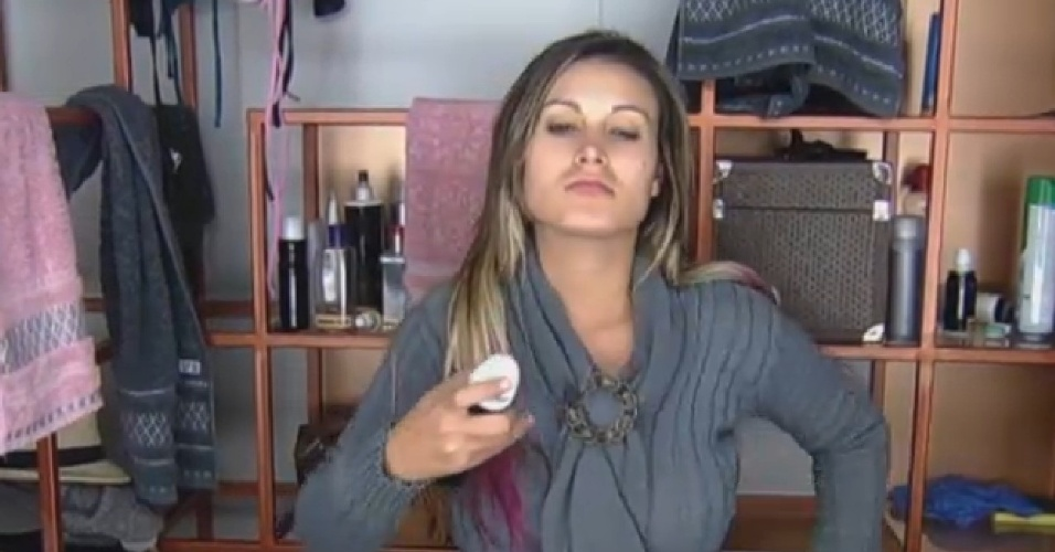 29.jul. 2013 - Andressa Urach se arruma para cuidar das lhamas