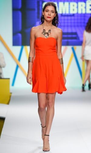 29.jul.2013 - A Cambrê mostrou um vestido laranja tomara-que-caia básico no desfile de abertura do Mega Polo Moda