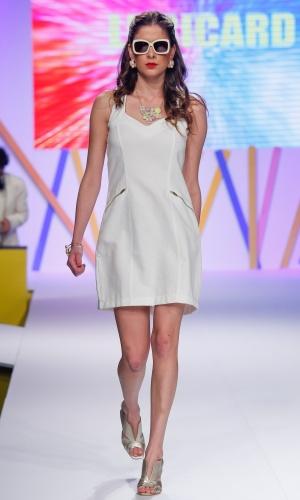 29.jul.2013 - A tendência minimalista que foi muito vista nas passarelas internacionais também apareceu no desfile do Mega Polo Moda. A Le Ricard mostrou um vestido branco sem muitos detalhes