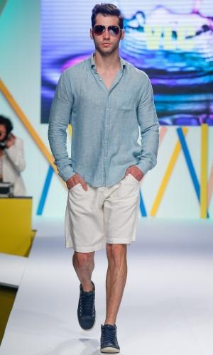 29.jul.2013 - A camisa leve usada com bermuda em cor clara foi a aposta da VLC para o Verão 2014