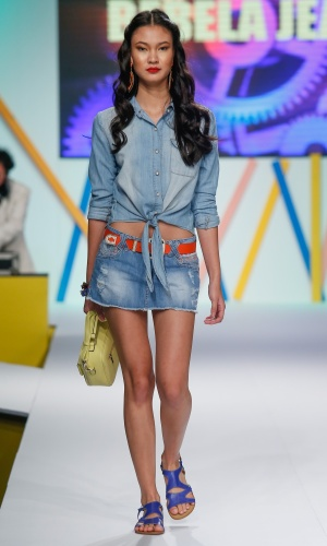 29.jul.2013 - A marca Bebela Jeans, do Mega Polo Moda, mostra que a combinação jeans com jeans continua em alta na moda