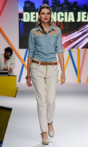 29.jul.2013 - As camisas jeans com aplicação de renda estão em alta na moda. Aqui, a modelo  desfila look da marca Denuncia Jeans no Mega Polo Moda