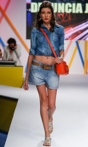 29.jul.2013 - Os looks jeans com jeans continuam em alta na moda e foram apresentados durante o desfile da Denuncia Jeans, marca do shopping atacadista Mega Polo Moda