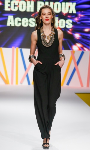 29.jul.2013 - A Ecoh Bijoux mostrou maxi acessórios na passarela do Mega Polo Moda