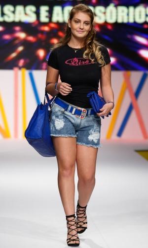 29.jul.2013 - A atriz Aimée Madureira desfila acessórios da marca Birô no Mega Polo Moda