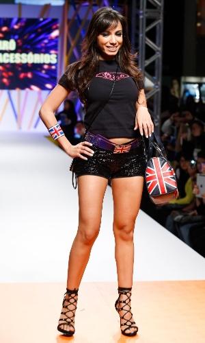 29.jul.2013 - A cantora Anitta desfila os acessórios da marca Birô no Mega Polo Moda