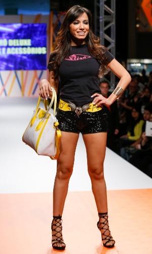 29.jul.2013 - A cantora Anitta fecha o primeiro dia de desfiles do Mega Polo Moda, shopping atacadista no centro de São Paulo