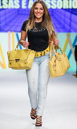 29.jul.2013 - A ex-BBB Anamara desfila com acessórios amarelos no Mega Polo Moda, evento organizado por shopping atacadista de São Paulo
