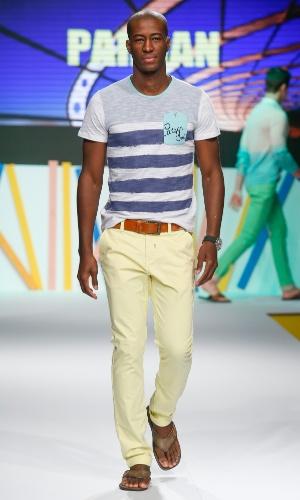 29.jul.2013 - A marca de moda masculina Pargan mostrou um look com calça colorida usado com camiseta estampada