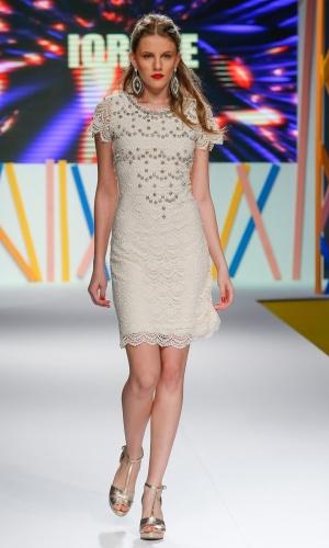 29.jul.2013 - A marca Iorane misturou a delicadeza da renda com a agressividade do rock, através das tachas aplicadas, no vestido de verão