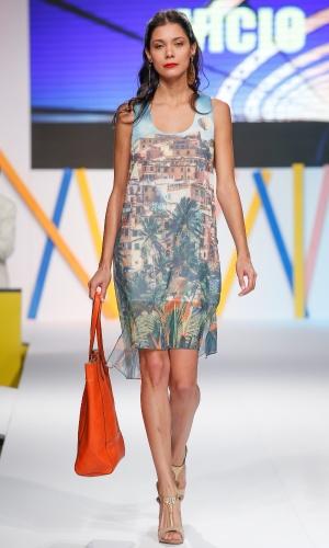 29.jul.2013 - A marca Vício mostra um vestido com estampa digital com foto de favela no Mega Polo Moda