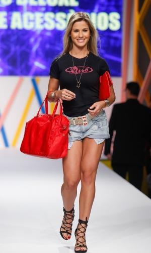 29.jul.2013 - A noiva de Gusttavo Lima, Andressa Suíta, posa com acessórios do shopping atacadista Mega Polo Moda