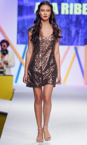 29.jul.2013 - A padronagem feita com paetê foi uma aposta da marca Ana Ribeiro