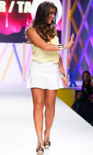 29.jul.2013 - A panicat Nicole Bahls acena para os fãs enquanto desfila no Mega Polo Moda, evento organizado por shopping de moda por atacado localizado no Brás, em São Paulo