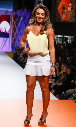 29.jul.2013 - A panicat Nicole Bahls desfilou para a marca Sulmar & Tacris, no Mega Polo Moda, com blusa de alcinha e saia branca curta