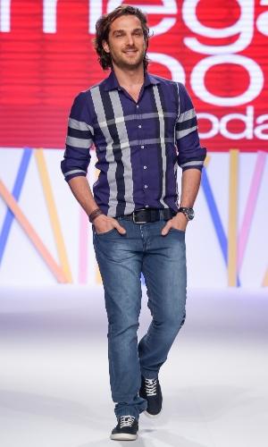 29.jul.2013 - A última entrada do ator Igor Rickli mostrou a combinação de camisa xadrez e jeans