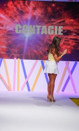 29.jul.2013 - Antes de deixar a passarela do Mega Polo Moda, Nicole Bahls faz um coração com as mãos para os fãs