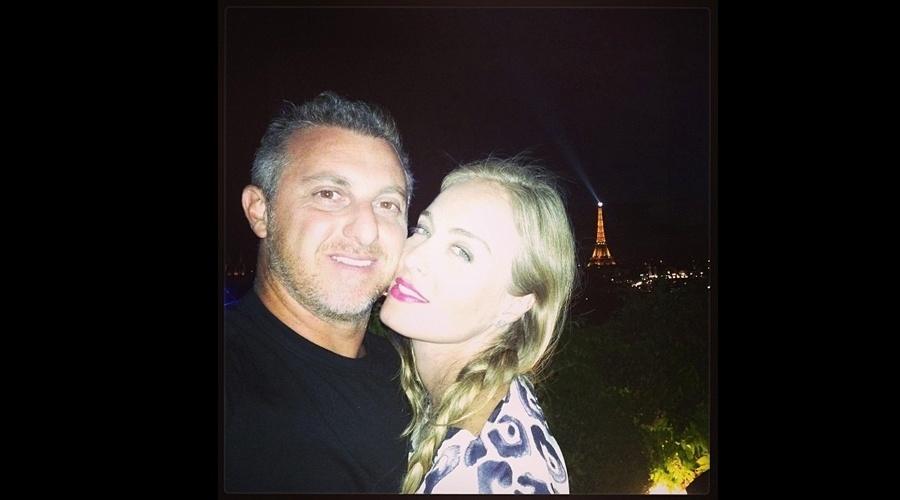 29.jul.2013 - Barbudo e grisalho, Luciano Huck curtiu passeio romântico com Angélica em Paris, França. O casal, que está de férias, posou com a Torre Eiffel ao fundo