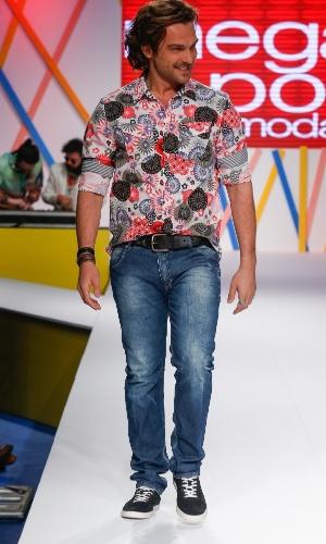 29.jul.2013 - Com camisa estampa e jeans, Igor Rickli desfilou no Mega Polo Moda