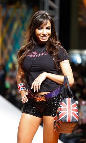 29.jul.2013 - De camiseta, shorts de paetê e acessórios com a bandeira da Inglaterra, a cantora Anitta desfila na passarela do shopping atacadista Mega Polo Moda