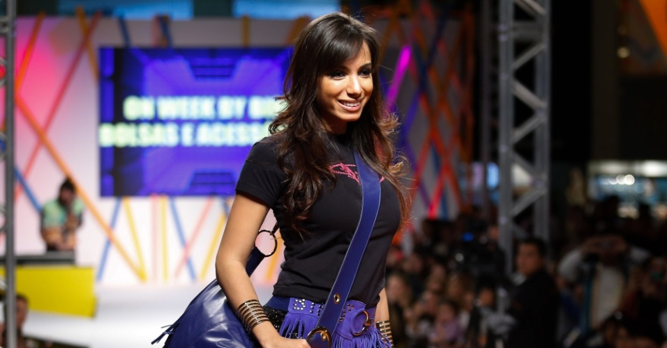 29.jul.2013 - Em sua segunda entrada, Anitta posa com acessórios de franja