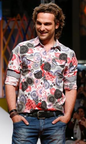 29.jul.2013 - Enquanto sorri para o público, o ator Igor Rickli posta para os fotógrafos na passarela do Mega Polo Moda, no Brás