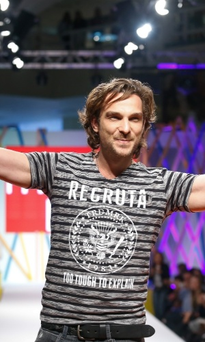 29.jul.2013 - Igor Rickli posa de braços abertos para os fotógrafos do desfile do shopping atacadista do Brás