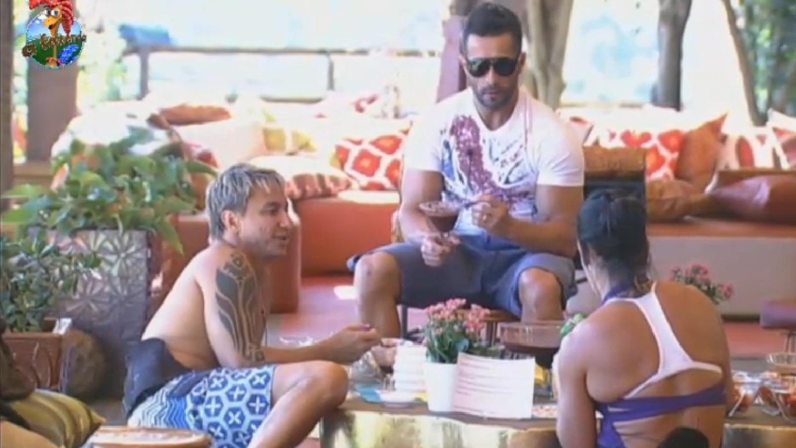 29.jul.2013 - Integrantes do grupo Coelho vencem atividade e ganham açaí com frutas