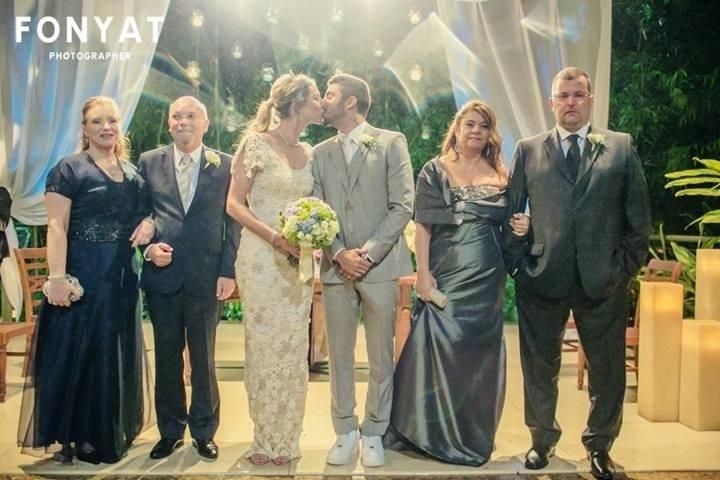 29.jul.2013 - Luana Piovani usou o Facebook para publicar uma foto de seu casamento com Pedro Scooby, na última sexta, no Rio
