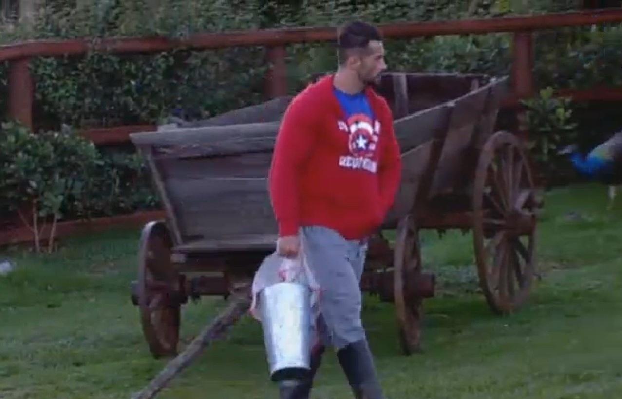 29.jul.2013 - Marcos Oliver segue para área dos animais para fazer atividades do dia