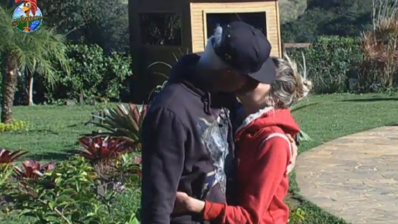 29.jul.2013 - Mateus e Bárbara se beijam nesta segunda-feira