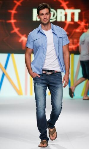 29.jul.2013 - A marca masculina M@rtt mostra que homens também podem compor looks com chinelo