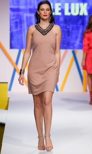 29.jul.2013 - O vestido bege da Le Lux vem com decote bordado, dispensando o uso de colar