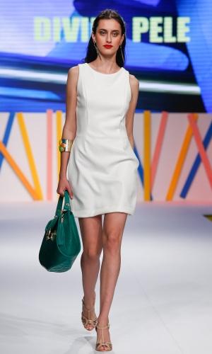 29.jul.2013 - A Divina Pele mostrou um vestido todo branco usado com acessórios coloridos