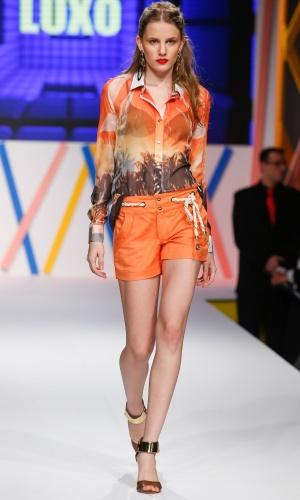 29.jul.2013 - A Luxo propôs um conjunto de camisa estampada com short laranja para o verão. A corda usada como cinto deixa o look mais interessante